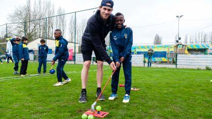 Voetballertjes krijgen golfles van Thomas Pieters