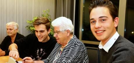 Xander en Jesse leren ouderen in Sleeuwijk googlen