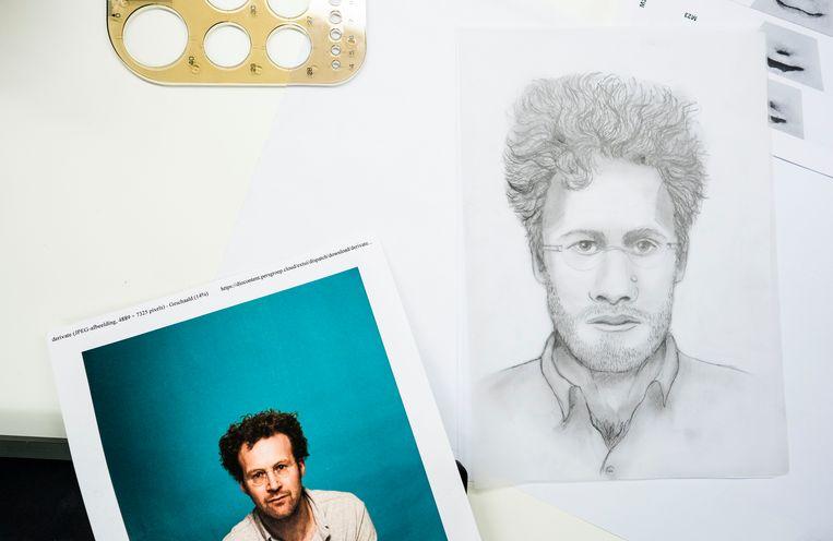 Links een foto en rechts een compositietekening van Volkskrant-verslaggever Tjerk Gualthérie van Weezel, in werkelijkheid geen verdachte. Beeld Freek van den Bergh / de Volkskrant