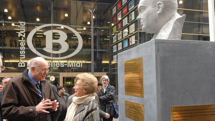 """L'inauguration du buste en 2008 en présence de Charles Picqué et Antoinette Spaak, la fille du """"père de l'Europe""""."""