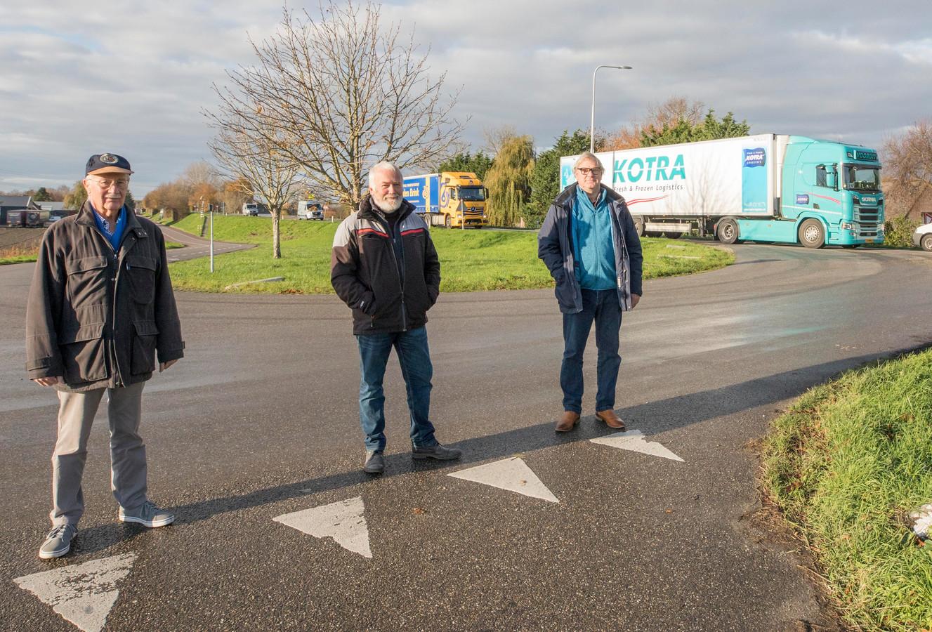 Adri Boone, Thijs Mol en Martien van Overloop zijn kritisch over de door de provincie Zeeland gekozen aanpak van de Zanddijk tussen Yerseke en de A58. Yersekenaren zullen volgens hen vanaf de geplande rotonde op het kruispunt Zanddijk-Molendijk-Olzendedijk  (foto) alsnog achter het langzaam optrekkende vrachtverkeer aansukkelen.