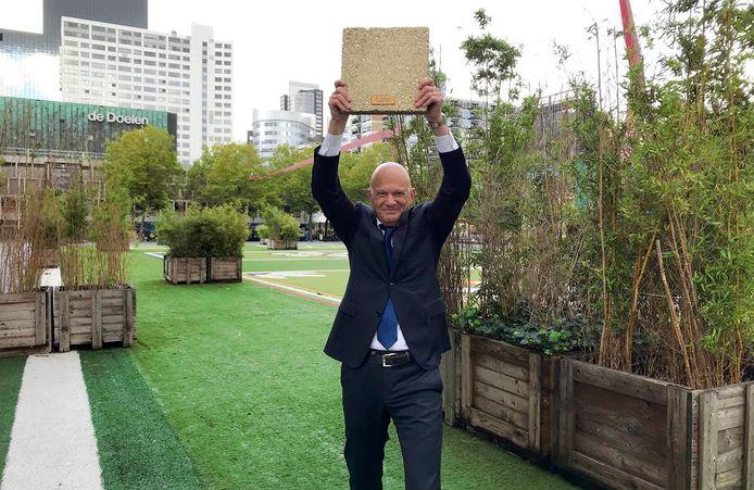 Rotterdam wint in 2020 het NK Tegelwippen van Amsterdam. Met andere woorden: de Maasstad wist beter te 'vergroenen' dan de hoofdstad. Wethouder Bert Wijbenga (buitenruimte) is trots op zijn gouden tegel.