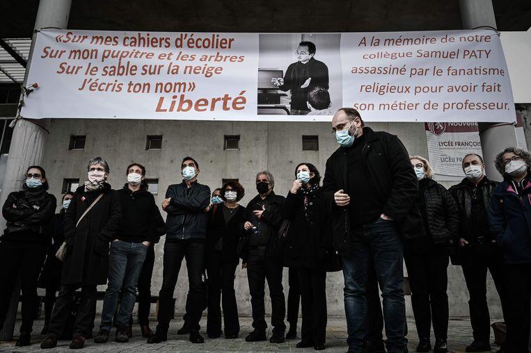Franse docenten uit Bordeaux herdenken hun vermoorde collega Samuel Paty. Beeld AFP