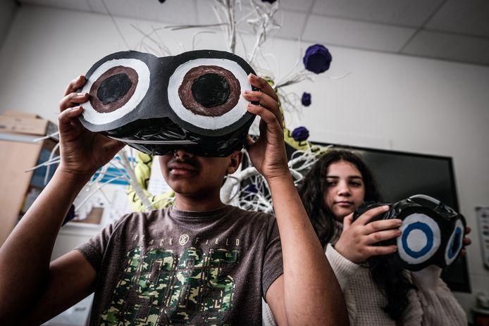 Milkias (13) en Duygu (11) uit groep 8 van basisschool De Horizon in Doesburg testen de zelfgemaakte verrekijkers.