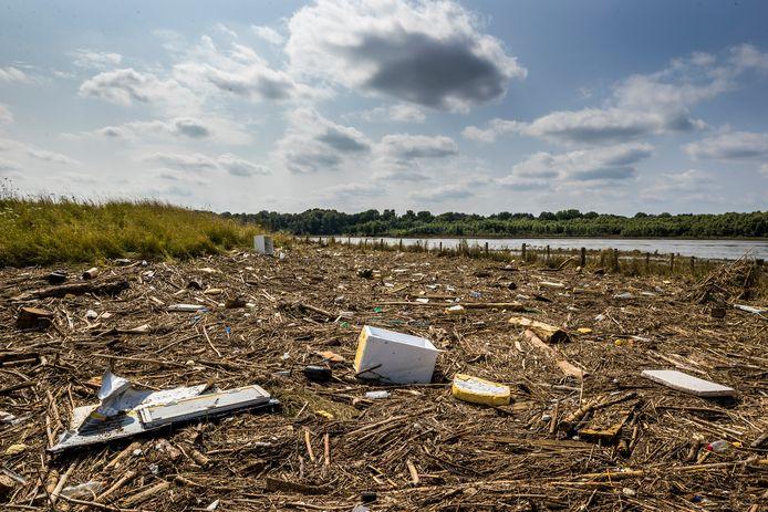 Achtergebleven troep langs de Maas door het hoogwater.
