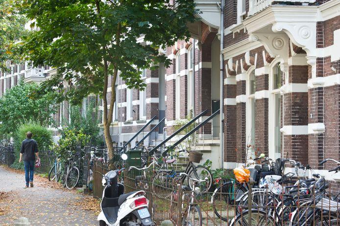 Straatbeeld van studentenpanden in de Burghardt van den Berghstraat in de Nijmeegse wijk Bottendaal.