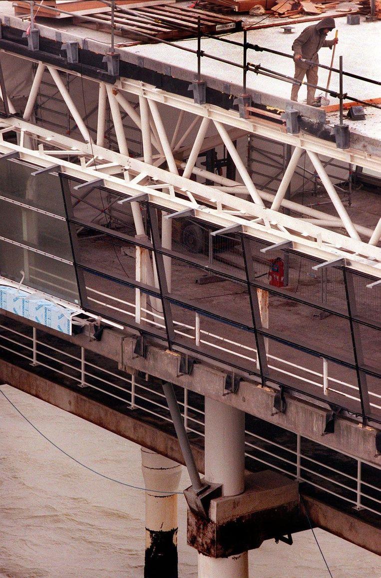 Bouwvakkers tijdens werkzaamheden aan de Pier, februari 1999. Beeld anp