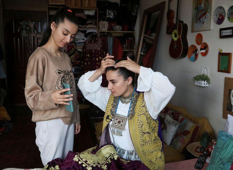 De afgelopen jaren zijn in Afghanistan mobieltjes geïntroduceerd en konden meisjes naar school. De vraag is volgens Natalie Righton wat er met hen gaat gebeuren, als de Taliban de macht weer overneemt.  Beeld REUTERS