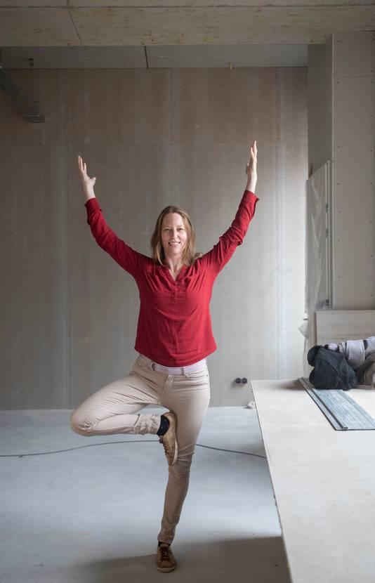 Eva de Hoijer biedt online yogalessen.