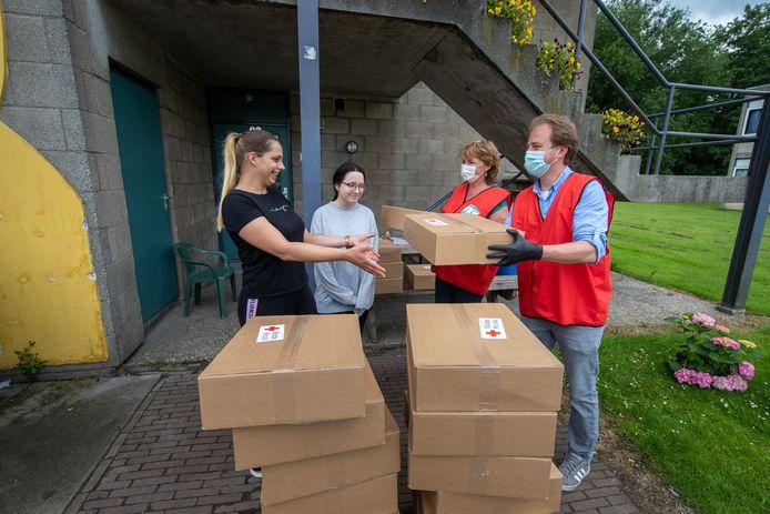 Bij het Polenhotel in Dronten heeft FNV donderdagmiddag 200 voedselpakketten van het Rode Kruis uitgedeeld om aandacht te vragen voor de leefomstandigheden.