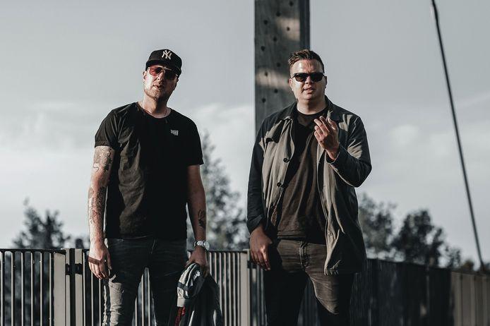 East & Young komt vrijdag met een nieuwe single na een muzikale pauze van bijna anderhalf jaar. Marc van Oosterbaan rechts timmert samen met Frank Kuiper aan de weg.