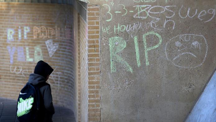 Teksten op een muur ter nagedachtenis aan de 7-jarige jongen die dood is gevonden in een woning aan de Zeswegenlaan in Heerlen, nadat zijn moeder dreigde van een viaduct te springen aan de N281. De 40-jarige moeder is aangehouden.