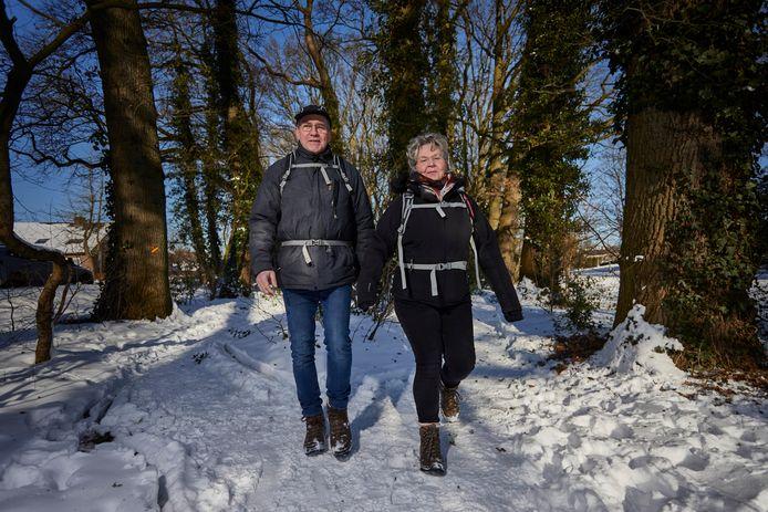 Henk Eenink en Ans Berendsen wandelen door hun Achterhoek die ze met hun routes voor een breed publiek toegankelijker hebben gemaakt.