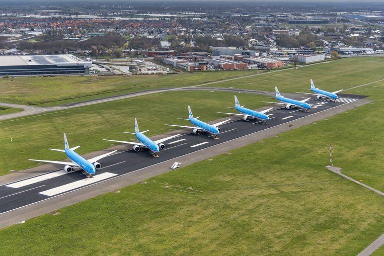 KLM-vliegtuigen staan geparkeerd op de Aalsmeerbaan. Beeld ANP