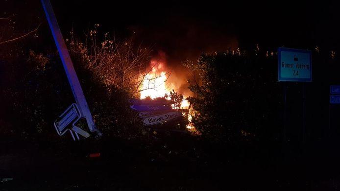 De wagen vatte kort na de crash vuur.