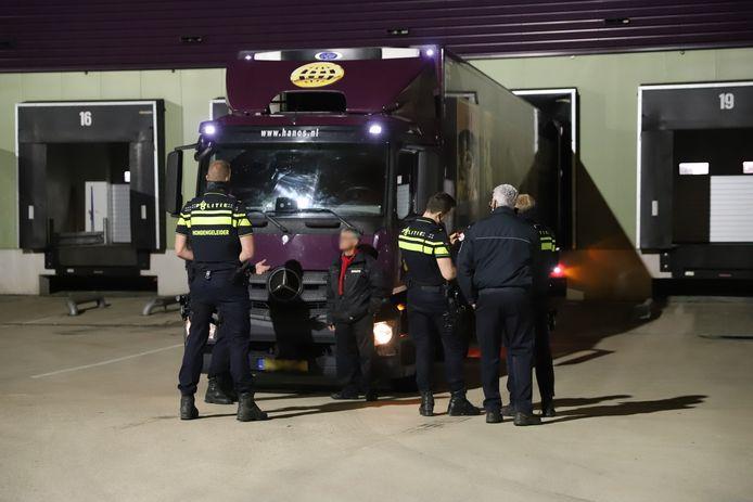 De politie ontving vannacht de melding dat er meerdere zones afgingen van het inbraakalarm van groothandel Hanos aan de Kleveringweg in Delft.