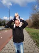 Gerard van Eeuwijk met zijn kleindochter Yara.