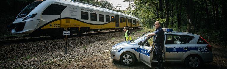 De controlewagen van de politie die het spoor in de gaten houdt. Beeld Wouter Van Vooren
