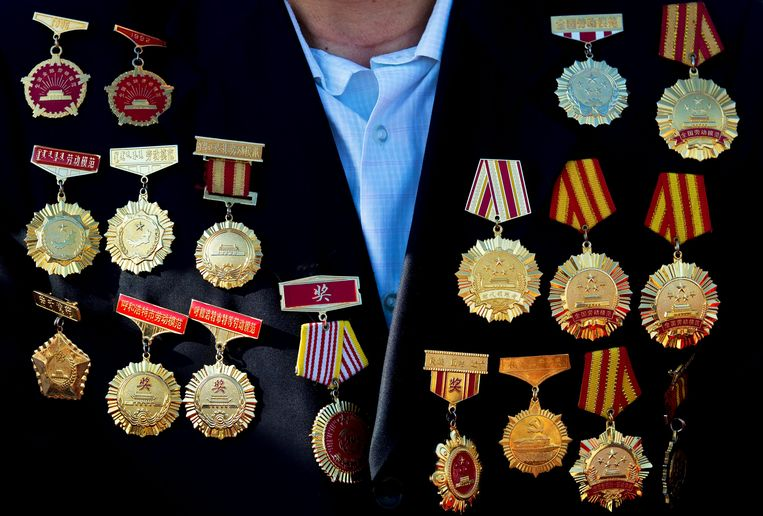 An honour guest with medals on his coat arrives to his seat to watch a military parade commemorating the 70th anniversary of the end of World War Two in Beijing, China September 3, 2015. REUTERS/Andy Wong/Pool Beeld null