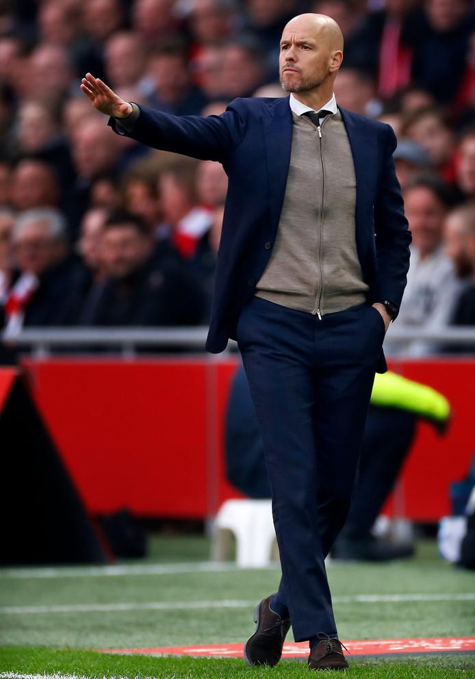Erik ten Hag, coachend bij zijn huidige club Ajax.