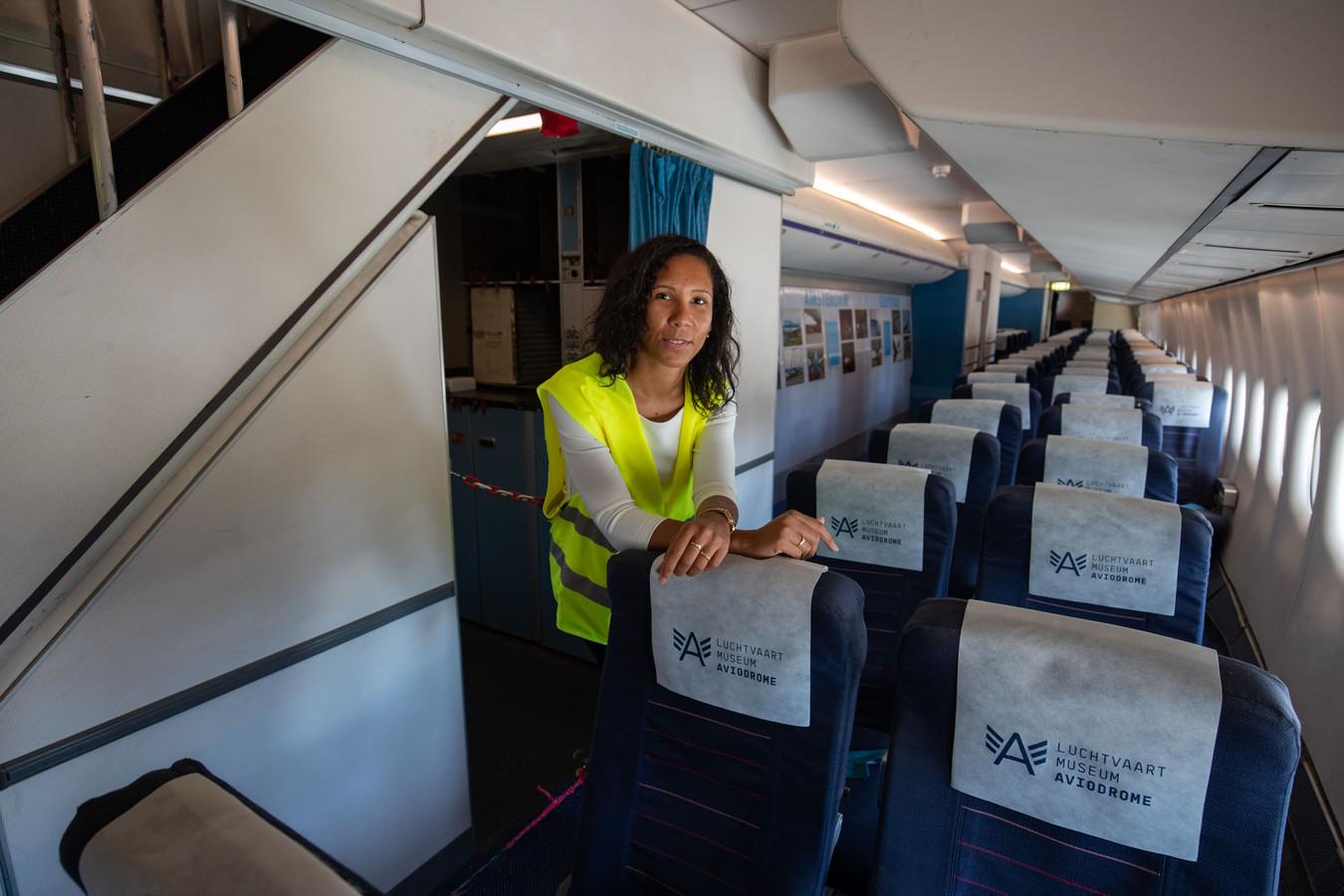 Aviodrome wordt deze zomervakantie bijgestaan door KLM-medewerkers. Esther Donkel uit Almere geeft nu rondleidingen in Aviodrome.