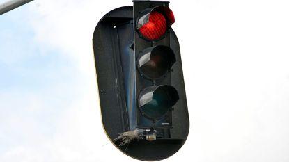 Bestuurder zwaargewond na crash tegen stilstaande auto aan rood licht