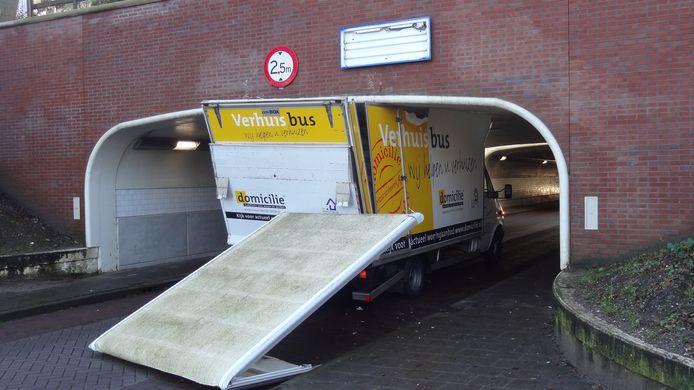 Verhuisbusje klem onder viaduct A12/spoor in Maarn