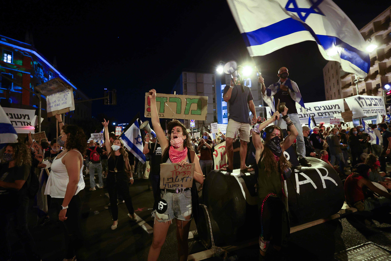 Demonstranten verzamelen zich voor het huis van premier Nethanyahu in Jeruzalem.