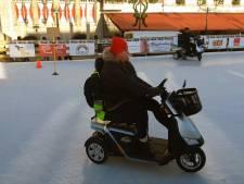 Scootmobielers krijgen les op de ijsbaan in Bergen op Zoom