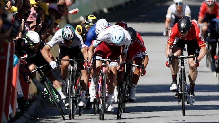Cavendish valt tegen de borden tijdens de eindsprint in de vierde etappe Beeld epa