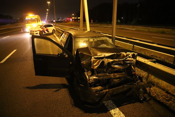 De auto kwam tot stilstand tegen de vangrail.