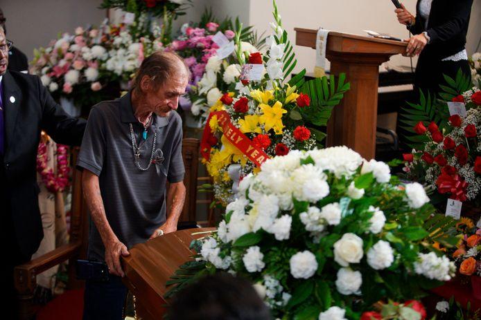 Antonio Basco leunt op de kist van zijn vrouw Margie Reckard, die het leven liet bij de schietpartij in El Paso.