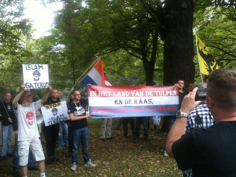NVU-aanhangers met een spandoek: 'In het land van de tulpen en de kaas wordt ISIS nooit de baas'. Beeld Redactie