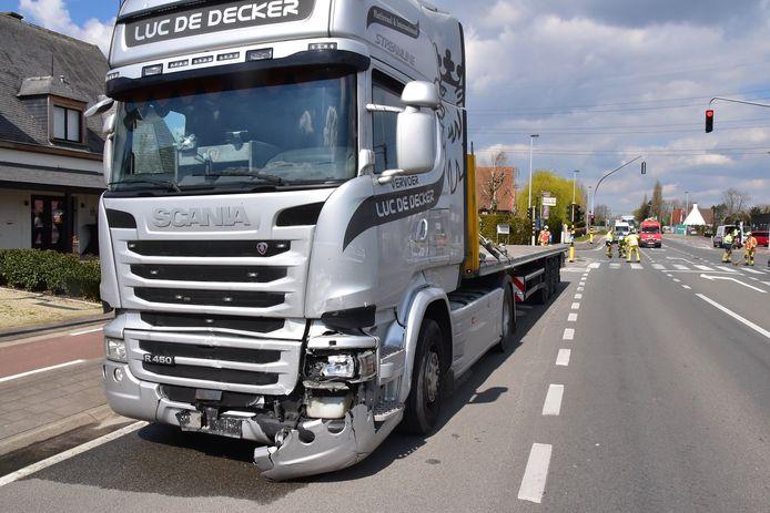 Ook de vrachtwagen liep behoorlijk wat schade op bij het ongeval op het kruispunt van de Brugsesteenweg met de Lendeledestraat in Hulste.