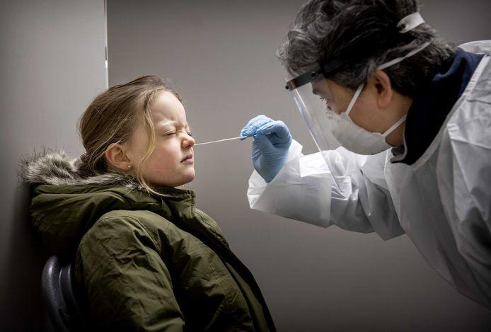 Een meisje ondergaat een coronatest in Bergschenhoek, waar de Britse variant om zich heen grijpt.