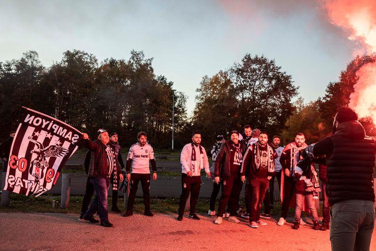 Bengaals vuurwerk ontbrak niet bij aanvang van de wedstrijd maar de sfeer was goed onder de supporters.