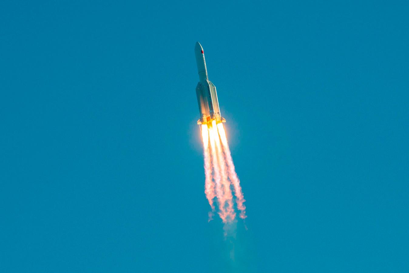 De raket na lancering in de lucht.