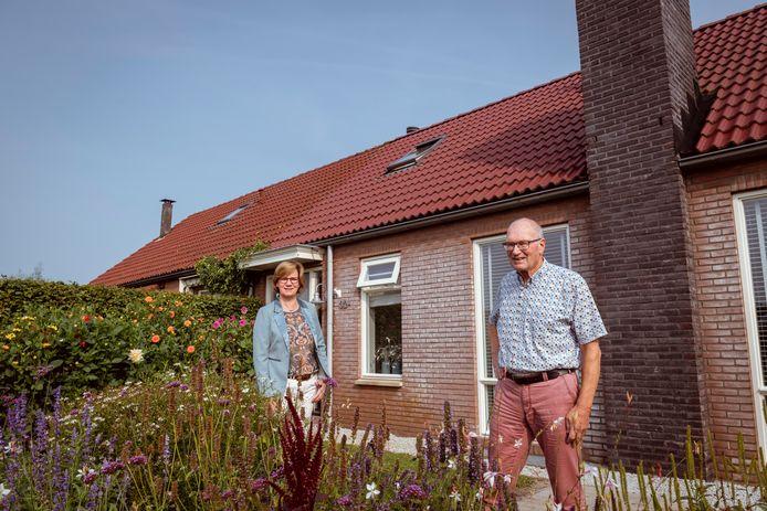 Luc van der Maaten (r.) bij het huisdeel van zijn zoon, dat hij volgens regels van de gemeente liet aanbouwen aan zijn eigen woning (achter de haag). Afzonderlijk verkopen blijkt onmogelijk. Buurvrouw Willemien van Oenen (l.) zit met hetzelfde probleem.
