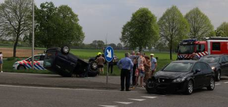 Auto op de kop na aanrijding in Milsbeek