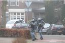 Een arrestatieteam probeert Joey D. aan te houden. Hij had zich verschanst in zijn woning aan de Schoolstraat.