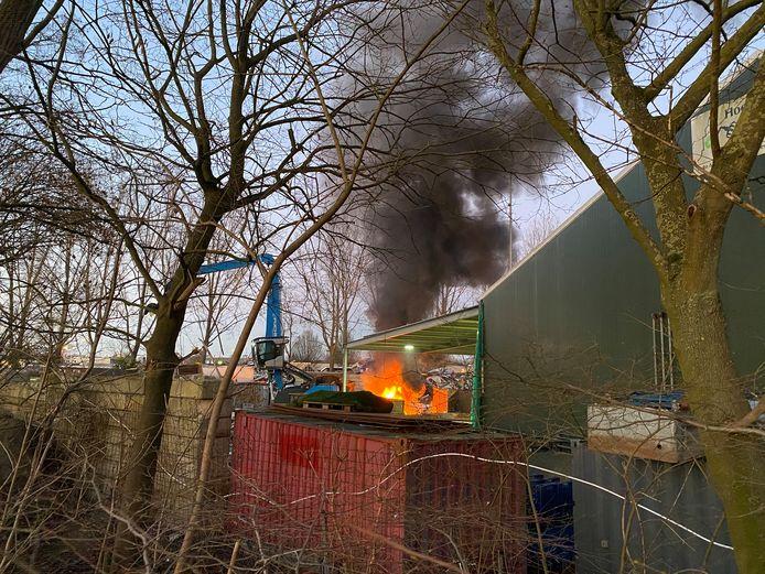 Een grote container met oudijzer stond zondagavond in brand bij Hoekstra Recycling in Deventer.