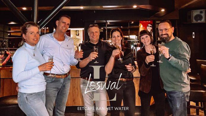 De eigenaren en uitbaters van de Loswal in Lithoijen. Eigenaren Annemieke en Jan de Groot en de uitbaters Rinus en Maaike Hanegraaf en Frency en Fred van Dijk (vlnr).
