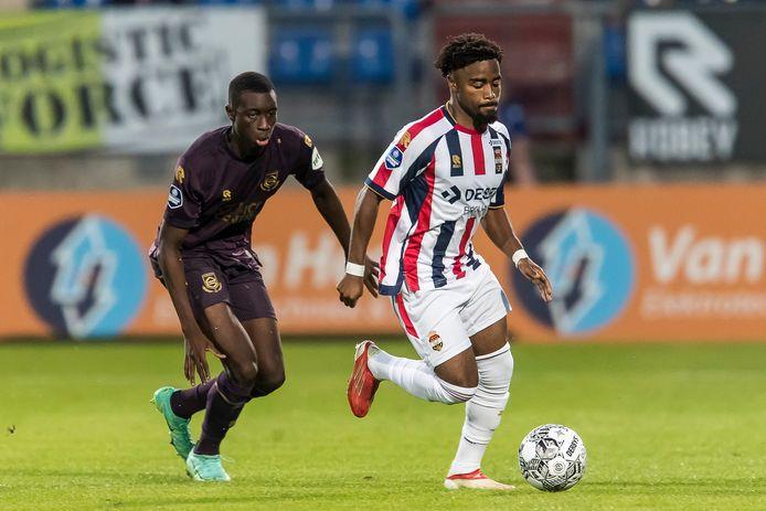 Che Nunnely gaat er vandoor met de bal en laat FC Groningen-speler Yahya Kalley zijn hielen zien.