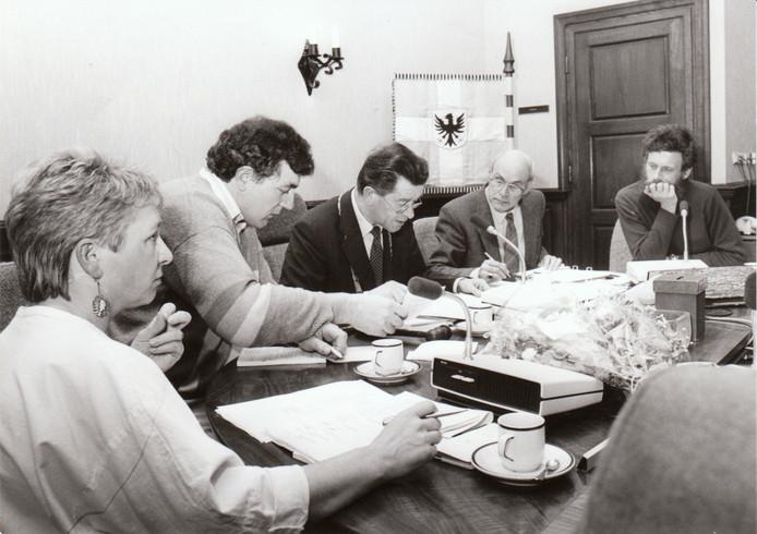 Op deze foto uit 1986 is Anton Heldens burgemeester van de gemeente Gemert. Het toenmalige college van B en W, van links naar rechts de wethouders Hermien Vos, Harrie Verkampen, burgemeester Heldens, gemeentesecretaris Van Dongen en wethouder George Gijsbers.