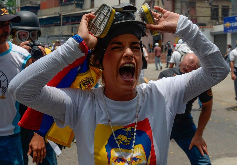 TOPSHOT - Lilian Tintori, wife of jailed Venezuelan opposition leader Leopoldo Lopez, gestures during a protest against Venezuelan President Nicolas Maduro, in Caracas on April 19, 2017. Venezuela braced for rival demonstrations Wednesday for and against President Nicolas Maduro, whose push to tighten his grip on power has triggered waves of deadly unrest that have escalated the country's political and economic crisis. / AFP PHOTO / FEDERICO PARRA Beeld afp