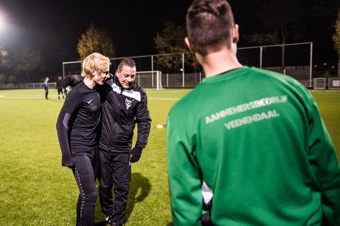 Maarten Kerkhof (midden) heeft het naar zijn zin bij Redichem en lijft nog een jaar trainer.