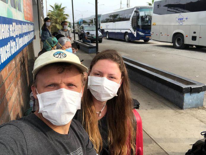Anyel en haar vriend Mark op het vliegveld van Lima