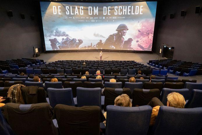 Deze zaal van bioscoop CineCity in Vlissingen zou veel voller kunnen zitten met toegangstesten, maar theatermanager Jéan Rottier wil die 'drempel' niet opwerpen.