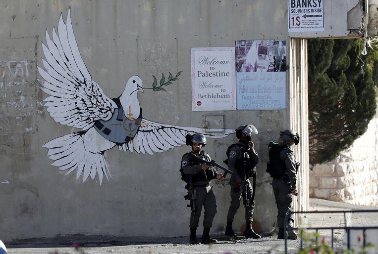 Israëlische soldaten vuren traangasgranaten af bij protesten tegen het besluit van president Trump om Jeruzalem te erkennen als hoofdstad van Israël. Beeld EPA