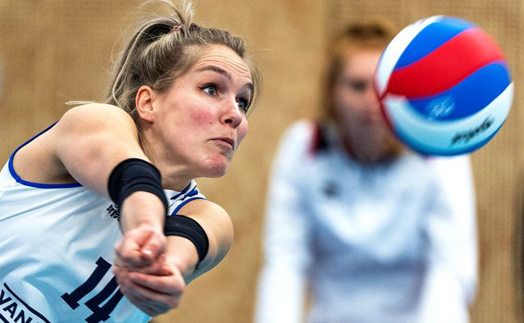 Kirsten Knip, de libero van Sliedrecht, vangt een serve van het Talent Team op. Beeld Klaas Jan van der Weij